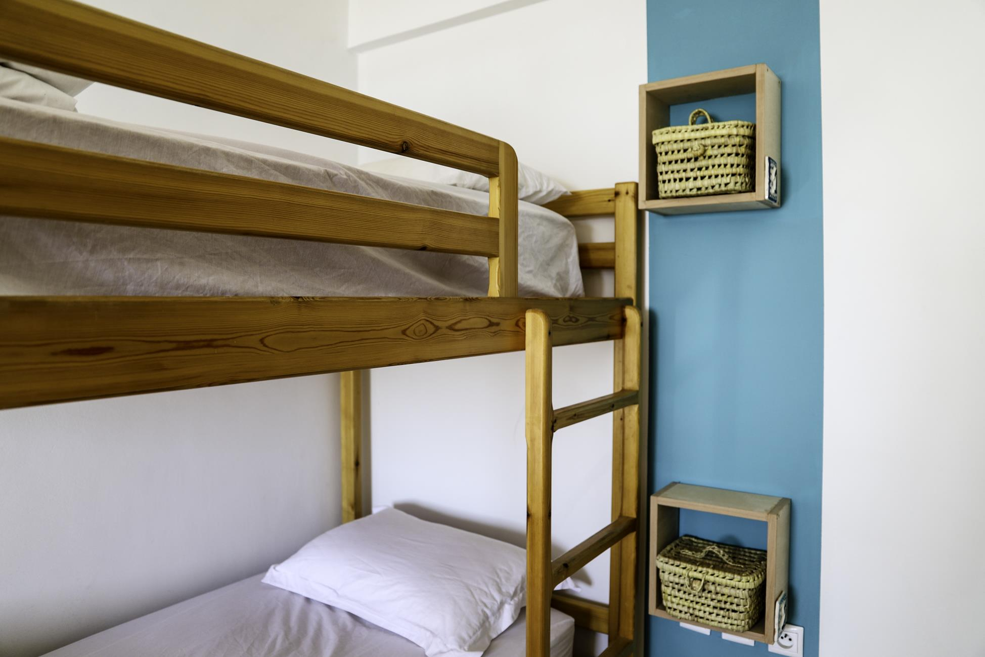Blue-waves-surf-house-anza-shared-room (1)