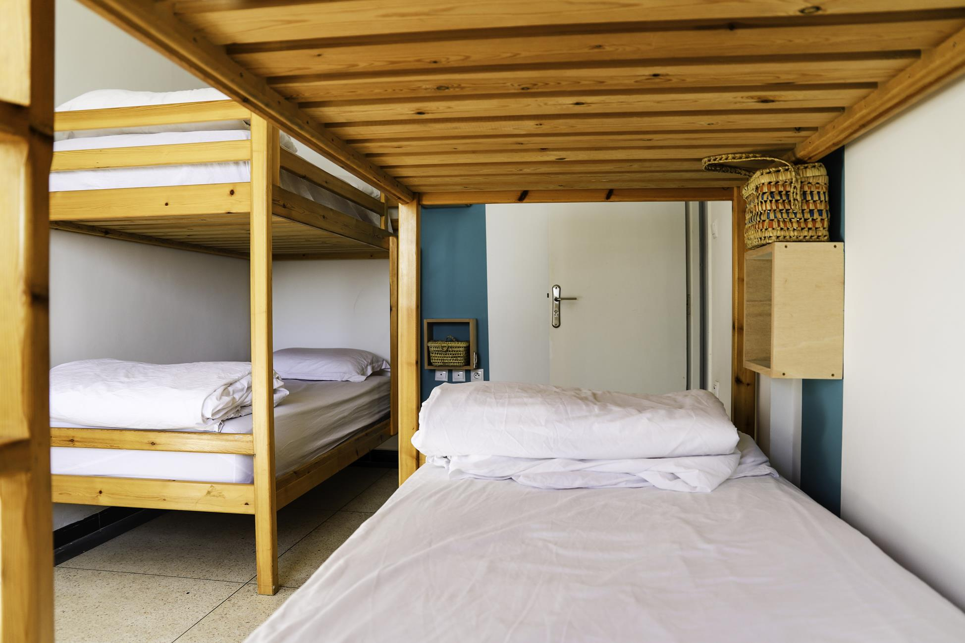 Blue-waves-surf-house-anza-shared-room (7)